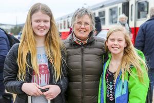 Systrarna Ebba, 12 och Clara, 11, Davidsson från Uppsala tog tåget från Mora till Sveg för vidare transport till farmor Carina Davidssons stuga i Lofsdalen.