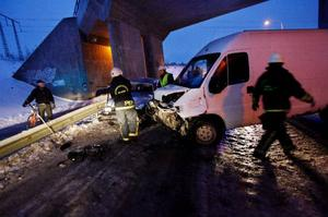 Tre personer fick föras till sjukhus sedan en skåpbil och en personbil frontalkrockat i Krokom.Foto: Henrik Flygare