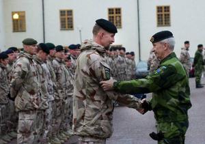 Överbefälhavare Sverker Göranson hedrar hemvändande soldater från den svenska Afghanistanstyrkan. Foto: Jonas Ekströmer/Scanpix