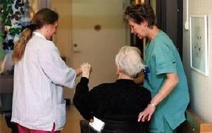Personalen blir färre och de äldre kräver mer vård. Äldreomsorgen i Mora ska nu spara över fyra miljoner kronor och sparka ett tiotal personer.FOTO: JANERIK HENRIKSSON/SCANPIX