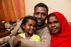 ÅTERFÖRENADE. Efter fyra års väntan kunde Omar Osmaan Baraay i Köpmanholmen äntligen krama om frun Aamino och dottern Zamzam. De fick komma till i Sverige från Etiopien som anhöriginvandrare sedan de till slut lyckats bevisa sitt släktskap med hjälp av DNA-test.