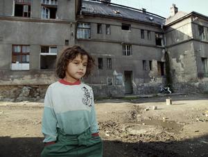 En flicka i ett romskt bostadsområde i Chomutov, utanför Prag.