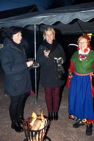 Charlotte Törnblom, Lena Grönberg och Monika Johansson drack bubbeldricka och värmde sig vid en av eldkorgarna.