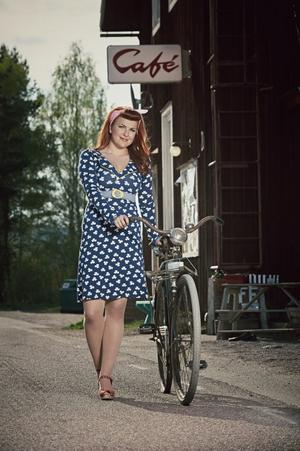 Kul klöver.Klänningen Margot från Miss Cool finns i storlekarna small till extra large, har marinblå bottenfärg med vita klöver och gula detaljer. 1 350 kronor. Prickiga träskor med klack, Polka Bologna, tillverkade i Sverige av naturmaterial, hantverket gör att varje par är unikt. 799 kronor. Både klänning och skor finns hos www.tantsofia.se