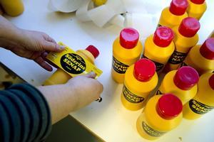 Alla etiketter klistras för hand. Flaskorna packas och levereras sedan personligen till kunden.