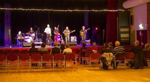 Det var glest i publiken. Endast ett femtontal personer hittade till Joe Hill-konserten i Folkets hus i måndags.