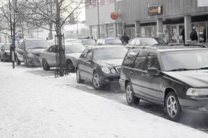 Även här på Centralgatan har många bilar stått i vägen för snöröjningen.