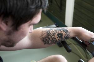 One life - One chance står det på Williams nya tatuering på vänster arm.