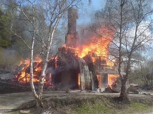 Villan förstördes i lågorna.