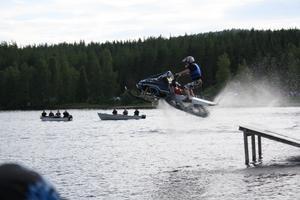 Det behövs inte snö för att åka snöskoter.Den här bilden är från Uwanå vattenfestival,i Värmland.