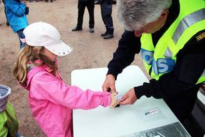 Kriminalteknikern Sven-Olof Sandqvist tog fingeravtryck på Agnes Andersson, sju år.