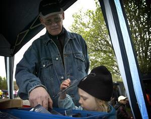 Draglåda. 4-årige Liam Riska-Larsson fick hjälp av morfar Peter för att leta efter fiskedrag.