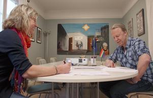 """Lotta Carlegård och Kalle Strand är handledare och trivs med jobbet som stödpersoner åt ungdomar. """"Det är väldigt meningsfullt att ta någon i handen och leda en människa mot nya mål,"""