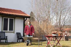 Daniel Bakke har gjort i ordning trädgården till det hus utanför Sala som han hyr.
