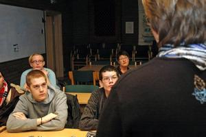 OROLIGHETER. Jan Dahlström (till vänster) frågade Catarina Deremar (C) om Tierps kommun tänker hjälpa till med oroligheterna i Gottsunda.Foto: Conny Svensson