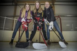 Elly Trygg, Madicken Wallin och Matilda Persson är redo för hockeycampen i Örnsköldsvik. Ebba Proos saknas på bild.