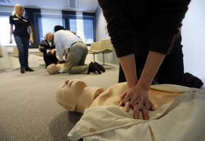 Moderaterna vill ha i hjärt- och lungräddning på föräldrautbildningar