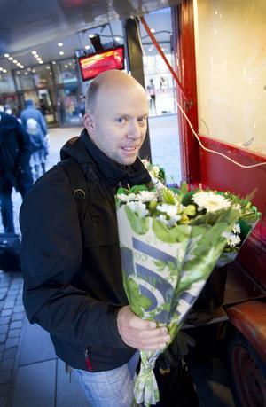 Hans Sjöberg köper blommor till kvällens middag. – De här ska stå på bordet.