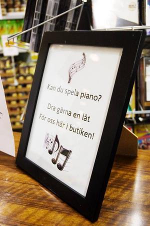 Även butikens kunder ombeds att spela en trudelutt.