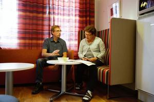 Ankin Gustavsson och Hans Johansson besöker ett antal butiker i Falu kommun för att granska huruvida kosmetiska produkter riktade till barn är märkta så som de ska.