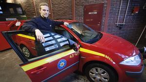 Christer Hedén, brandman inom Södra Dalarnas räddningstjänstförbund, visar en bil som liknar den som kan leasas för IVPA-aktiviteten. Det föreslås bli en personbil av kombityp. Men den blir i så fall märkt IVPA och ska ha blåljus på taket.