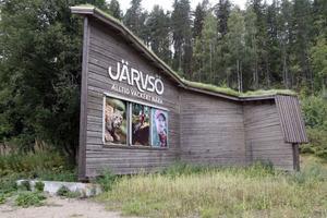 Den här maffiga konstruktionen finns numera vid både norra och södra infarten till Järvsö.