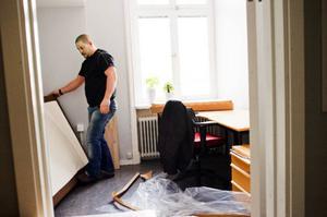 Förra veckan flyttade de första boende in i Strandvillan. In i det sista jobbade personalen med att fixa i ordning rummen.  Foto: Per nilson