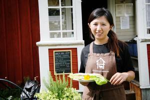 Haiwei Sun från Shanghai i Kina driver gårdens sommarcafé. Hon trivs med jobbet, inte minst att möta kunderna trots att hon uppskattar hur tyst det är i Sverige.