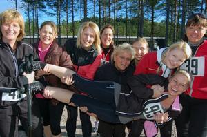 Tanja Alto Eriksson, liggande i kompisarnas famnar, tog initiativ till att samla ihop sitt tjejgäng på 13 personer från Orsa.– Vi ska alla i gänget ta oss igenom 6-kilometers slingan antingen löpande, gående eller med stavgång, var Tanjas plan inför Kullaruset.