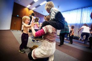 William Strid, 3 år, blev riktigt svettig av allt dansande med mamma och syskonen.