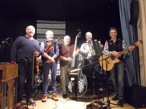 Wedlunds vänner gav publiken en fin musikupplevelse, från vänster, Kent Livendal, Anders Wedlund, Börje Bengtsson, Niklas Nilsson och Janne Hemmingson.