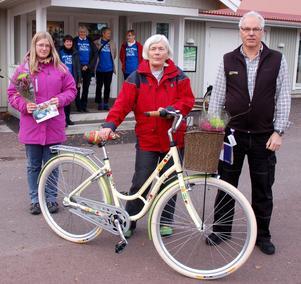 Frida Petersson som fick ett presentkort på en kryssning till Mariehamn, Ulla Gustavar som vann cykeln som Ola Ernlund på Valles Skog & Trädgård överlämnade till henne i onsdags.