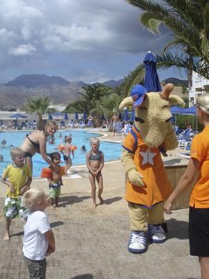 FÖRTJUSTA BARN. Populära giraffen Lollo kramar och hälsar på barnen nästan varje dag.