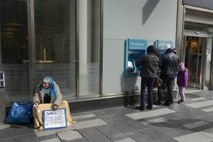 Sverigedemokraterna i Östersund vill bland annat förbjuda insamling av pengar på allmän plats utan tillstånd. Bara riksdagen kan fatta den typen av beslut, inte en enskild kommun, enligt Östersunds kommuntjänstemän.