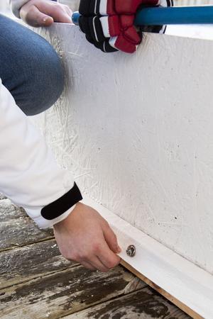 Konstruktionen är enkel, en vit presenning ligger i botten och sedan har Mikael snickrat ihop en träregel runtom den i en rektangulär form. OSB-skivor målades vita med grundfärg och skruvades fast i träreglarna.