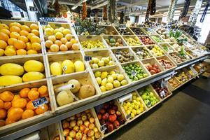 Inte bara vi som äter besprutad frukt riskerar drabbas, även de som odlar och skördar påverkas.