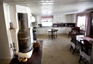 Det stora köket har plats för femmånadersvalpen Morgans favoritfåtölj.