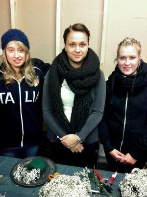Floristeleverna Linda Kandén, Lina Olsson, Ida Wilhelmsson och Pernilla Bedoire (inte med på bild) jobbar just nu med blomsterdekorationerna som ska smycka Globen under idrottsgalan i kväll.