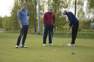 Edward Axlund, Hugo Stenberg och Joel Wendin tränar puttning.