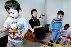 Sagostund med omplåstring. Tvååringar från Sätragårdens förskola fick på måndagen höra en saga om Mamma Mu och sjunga sånger tillsammans med Sofia Jeppsson på biblioteket i Sätra. Meros, Araz och Fadima hjälpte till och plåstrade om Kråkan och Mamma Mu.