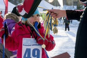 Vilma Lindkvist fick ta emot en guldmedalj i slutet av loppet.