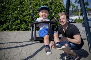 Pappa Pontus Sjögren och sonen Jamie njuter av solen och värmen.