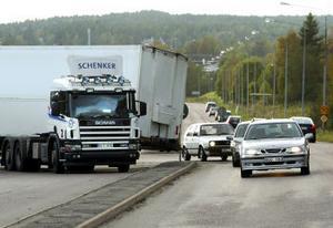En lastbil tappade sin trailer i korsningen mellan Tunabäcksvägen och Johannedalsvägen i går eftermiddag. Under tiden blockerade lastbilen den ena körbanan och förbipasserande fick köra på fel sida till dess att lastbilen kunde komma från platsen.