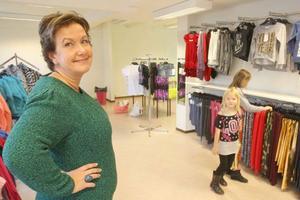 Margareta Erixon med barnen Nelly, 6, och Emmy, 9, som plockar bland kläderna. Döttrarna är både smakråd och testar kläderna som Margareta tar hem.