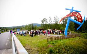 Invigningen på måndagseftermiddagen blev välbesökt. Förra kommunalrådet Eva Hellstrand, som ju är granne med konstverket, och Tanja Nordfjells vackra jojk förgyllde tillställningen.