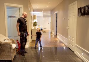 Längs med golvet har Jesper dekorerat med herrgårdslister. Men istället för att köpa färdig – och mycket dyrare - panel har han använt golvsocklar och bröstlist som han spacklat och målat vit.
