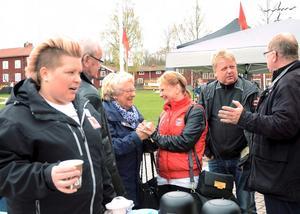 Laddar upp. Therese Andersson, Handels, tar en kopp kaffe inför talet på Malmtorget i Kopparberg. Marie-Louise Forsberg-Fransson passar på att byta några ord med lokalbefolkningen. Första maj är en dag där arbetarrörelsen samlas kring de gemensamma parollerna.