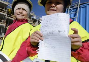 Emilia och Annie från Polstjärnans förskola vet vad som är viktigt i en boendemiljö. Som att man kan sticka och bygga pärlplatta inomhus och fiska och gå på picknick utomhus.