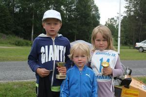 Vinnaren Hugo Åman tillsammans med sina syskon Hillevi Åman och Harry Åman. Hillevi var också med i rallyt och fick pris. Harry var supporter åt sina syskon.