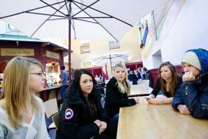 Emelie Moe, Diana Flatmo, Lise Wikström, Carolina Moberg och Andreas Törnberg är några av de elever som är besvikna för att deras favoritlärare tvingats sluta och för att skolledningen inte tar situationen på allvar. Foto: Ulrika Andersson